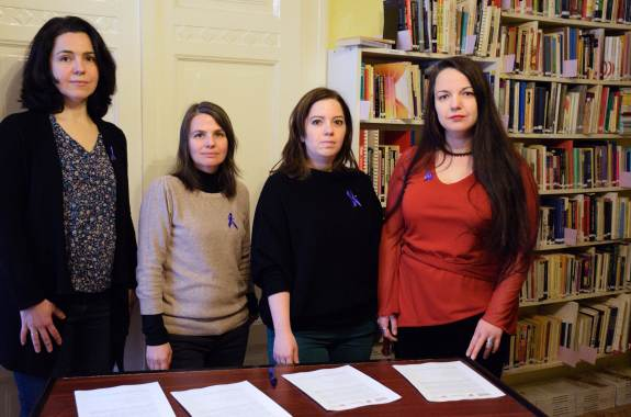 A Női Érdek, a NANE, a PATENT és a Nőkért Egyesület elnökei aláírják a levelet (Fotó: So Photo)