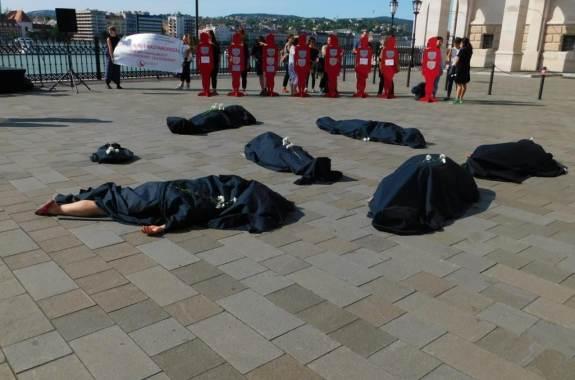 A Nőkért Egyesület és a NANE aktivistái 2019.szeptember 14-én aDemokrácia terén (Fotó: Nyíri András)