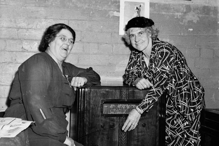 Lilian Fowler (balra) kolléganője, Ivy Weber társaságában