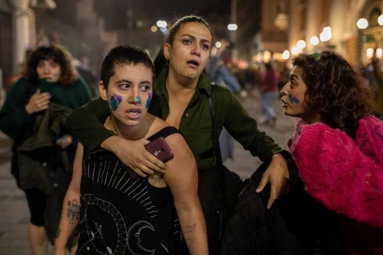 November 25-én több ezer nő tiltakozott békésen a nők elleni erőszak ellen Isztambulban. A karhatalom erőszakkal verte szét tüntetésüket.Fotó: Erhan Demirtas/NurPhoto