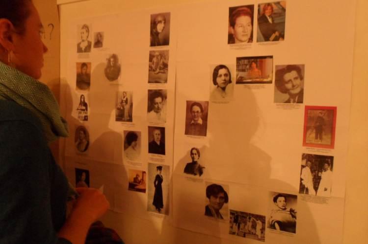 Feminizmustörténeti kiállításunk egyik tablója, az egyes hivatások első magyar női képviselőivel (Fotó: Klitbudapest)