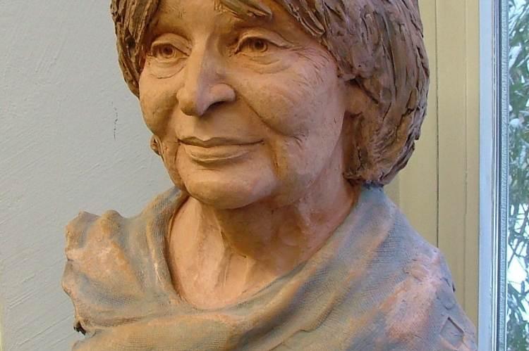 Juha Richárd: Szabó Magda (festett terrakotta)