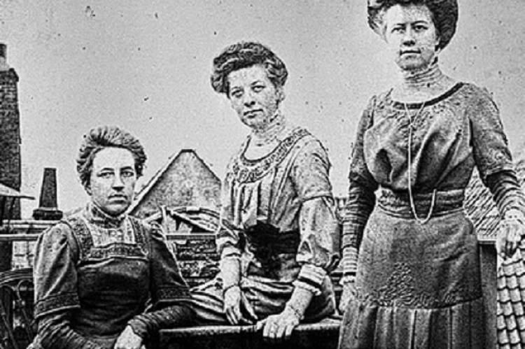 Elisabeth ten Boom (középen) testvéreivel