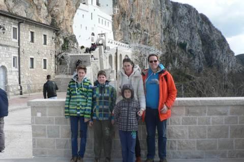 Apamókus, családjával