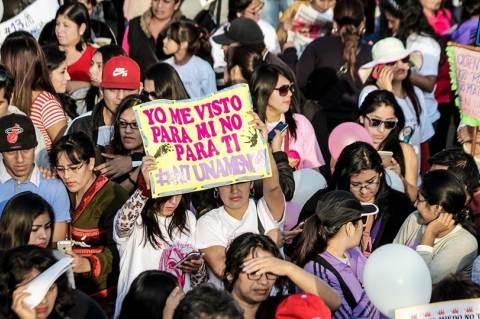 """""""Magamnak öltözök, nem neked"""" - Ni Una Menos felvonulás a nőkkel szembeni erőszak ellen, Peru, 2016. aug. 13.  (kép forrása: Municipalidad Provincial de Huaura Facebook-oldala)"""
