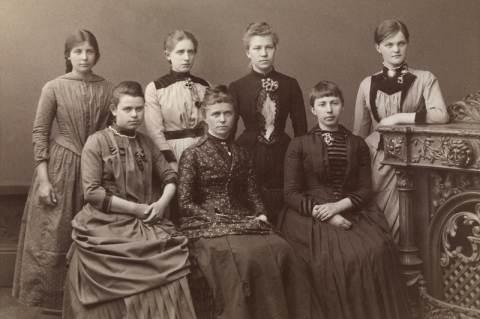 Az iskolájában elsőként érettségiző lányokkal - Ragna Nielsen az ülő sorban középen