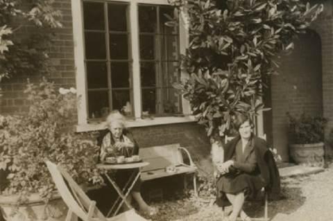 Mary Sargant Florence lányával, Alix Strachey-vel