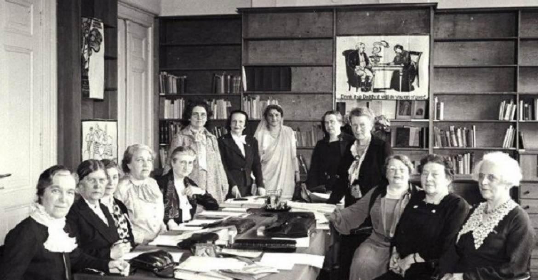 Rosa Manus (jobbról a harmadik) az ICW ülésén