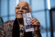Wanda Robson, Viola Desmond testvére 2018-ban, kezében az új kanadai tízdollárossal