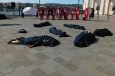 A Nőkért és a NANE aktivistái szeptember 14-én a Parlament mellett. Fotó: Nyíri András.