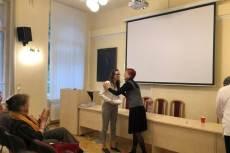 Virágh Enikő átveszi Barát Erzsébettől a legjobb előadásnak járó Wonder Woman díjat.