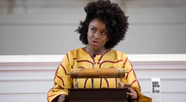 Chimamanda Gnoci Adichie (fotó: Maria Stenzel és Takudzwa Tapfuma, Amherst College Office of Communications)